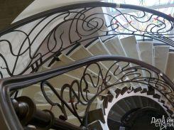Винтовая лестница с кованым ограждением