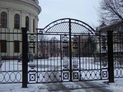 Черные кованые ворота