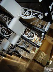 Кованые элементы на металлической лестнице