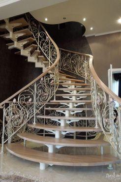 Забежная лестница с коваными ограждениями