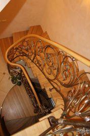 Лестница с деревянными ступенями и коваными элементами