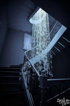 Красивая забежная лестница с художественной ковкой