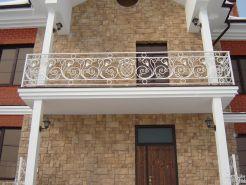 Фигурное ограждение для балкона в белом цвете