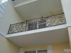 Балконное ограждение с коваными элементами