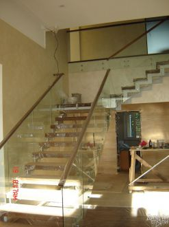 Лестница с ограждением из стекла в стиле хай-тек