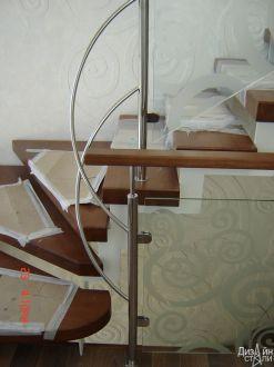 Винтовая лестница с ограждением из стекла