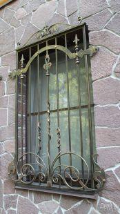 Металлическое ограждение для окна