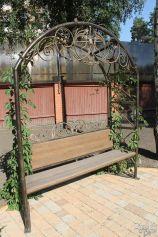 Садовая скамейка с металлическим украшением