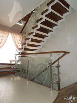 Лестница маршевая с узором на стекле
