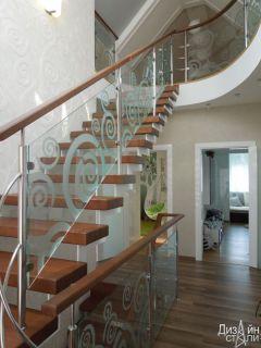 Лестница маршевая со вставками из стекла