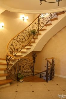 Лестница маршевая в светлых тонах