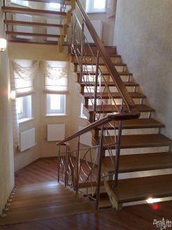 Лестница маршевая с металлическими перилами