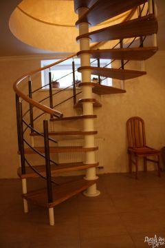 Лестница винтовая с металлическими перилами