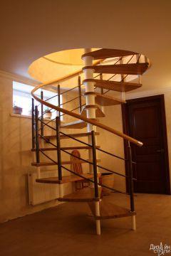Лестница винтовая с нейтральной расцветкой