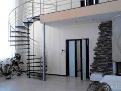 Лестница винтовая со строгим дизайном